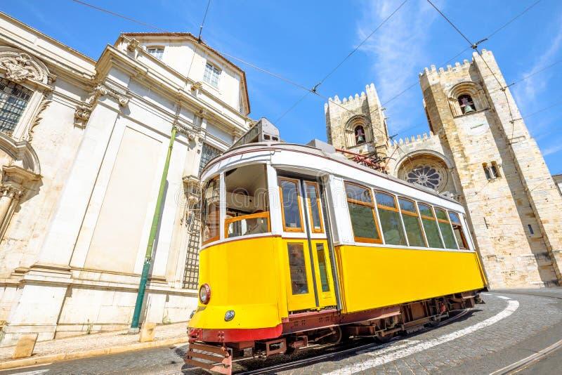 De historische tram en Kathedraal van Lissabon stock foto's