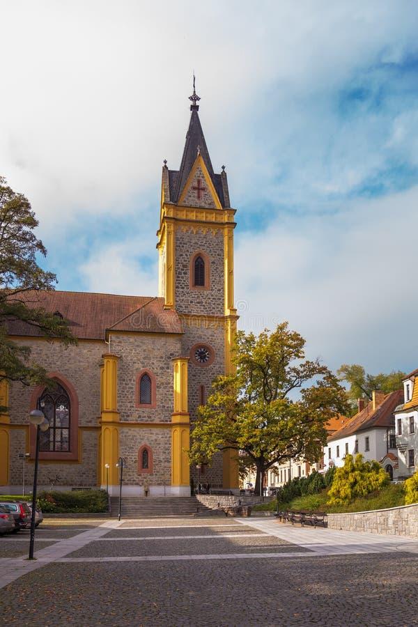 ¡ De Hlubokà d'église avec la place principale photos stock