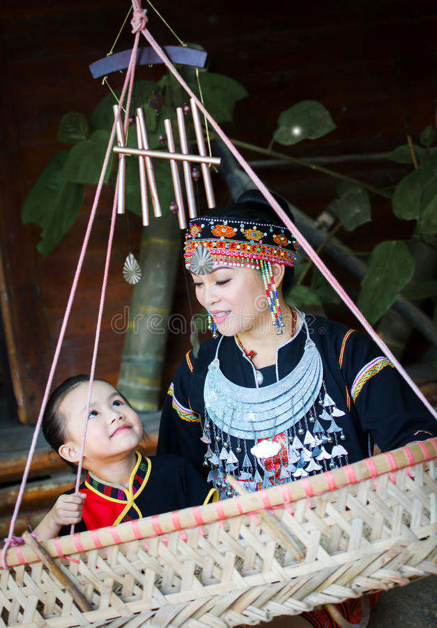 De Hmong-moeder en haar dochter stock afbeelding