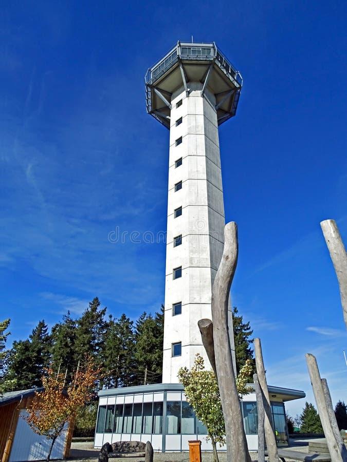 ` De Hochheideturm do ` da torre da vigia na montagem Ettelsberg em Willingen Sauerland/Alemanha imagem de stock royalty free