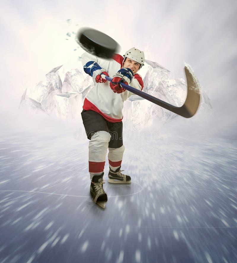 De hockeyspeler geeft krachtige pas stock afbeelding