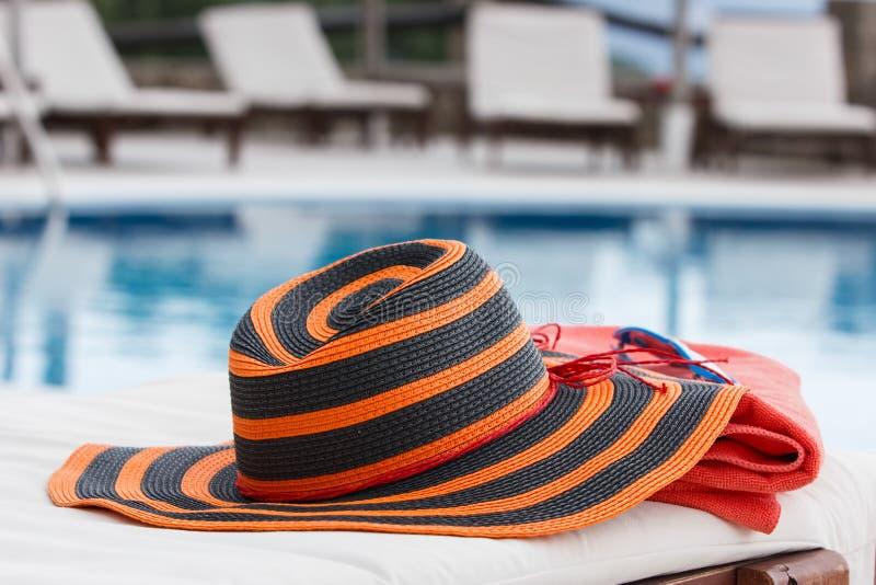 De hoed en de handdoek sunbed  stock fotografie