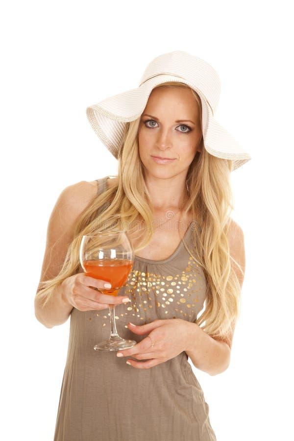 De hoed en de kledingsglasholding van de vrouwenzon het kijken royalty-vrije stock foto