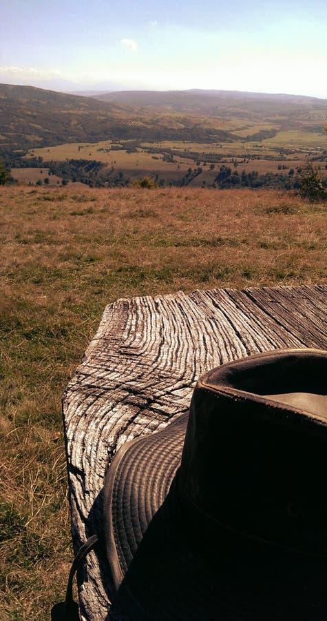 De hoed van de Aussiecowboy op houten lijst stock foto