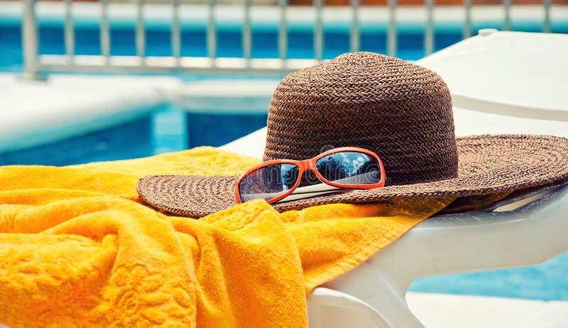 De hoed van het stro met handdoek royalty-vrije stock afbeelding