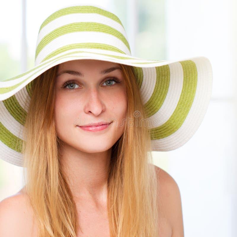 De hoed van het vrouwenstro in zonnig royalty-vrije stock foto