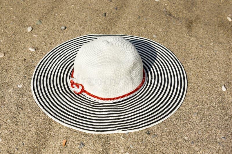 De hoed van vrouwen in het zand stock fotografie