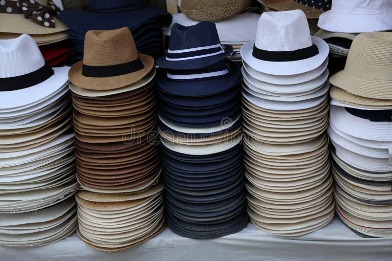 De hoeden van mensen bij de bazaar voor verkoop worden opgemaakt die royalty-vrije stock afbeeldingen