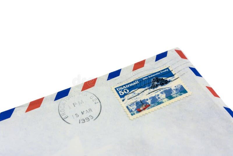 De hoek van een oude envelop met een teruggekochte zegel Brief voorbij de post van de V.S. stock afbeeldingen