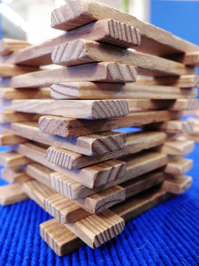 De hoek van de houten die toren van vlakke houten stokken wordt gemaakt Close-up stock foto
