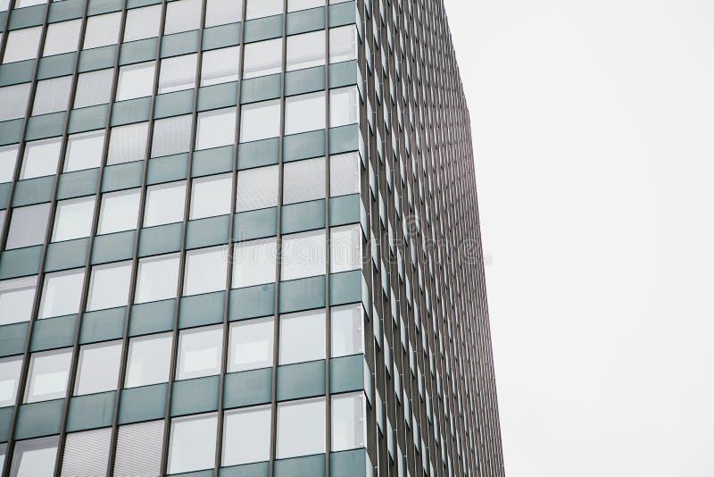 De hoek van mening van het mooie moderne futuristische gebouw Bedrijfs concept succesvolle industriële architectuur royalty-vrije stock foto