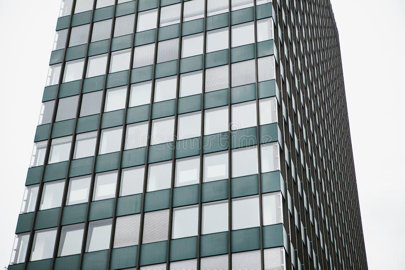 De hoek van mening van het mooie moderne futuristische gebouw Bedrijfs concept succesvolle industriële architectuur royalty-vrije stock afbeelding