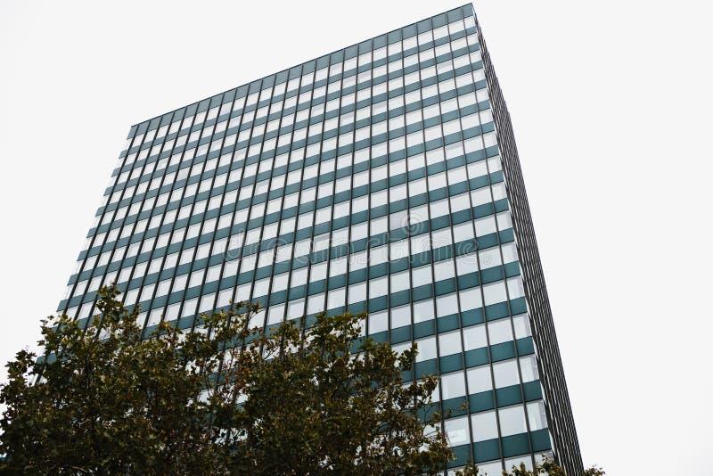 De hoek van mening van het mooie moderne futuristische gebouw Bedrijfs concept succesvolle industriële architectuur royalty-vrije stock fotografie