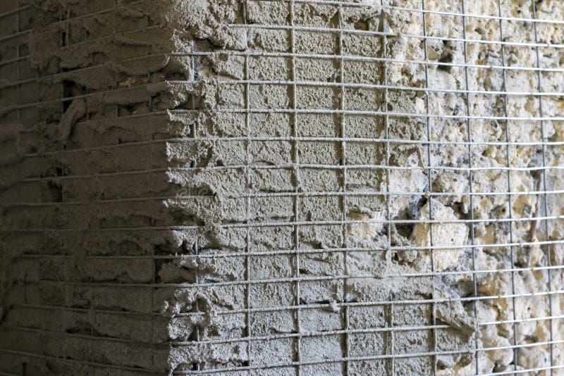 De hoek van de versterkingsmuur met metaalnetwerk stock foto