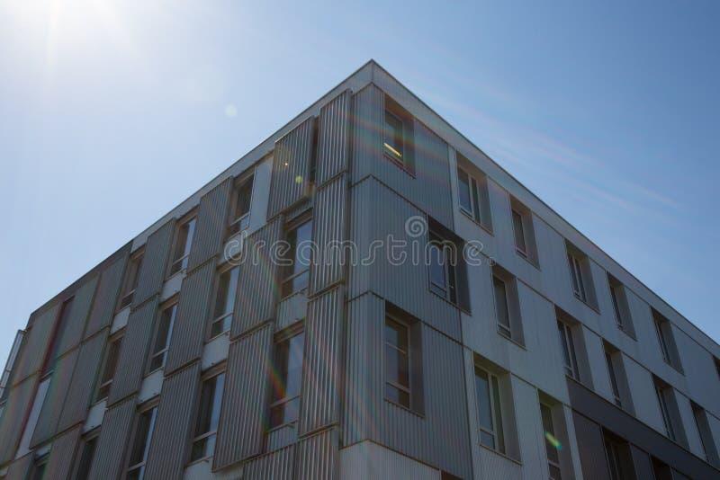 De hoekbouw met vele vensters tegen blauwe hemel royalty-vrije stock foto's