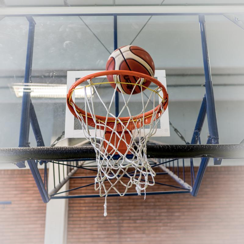 De hoepel en de bal van het basketbal stock foto's