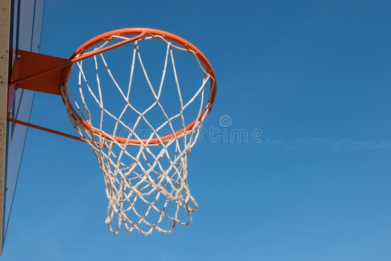 De hoepel van het close-upbasketbal, mand met witte netto en blauwe hemel op achtergrond royalty-vrije stock fotografie