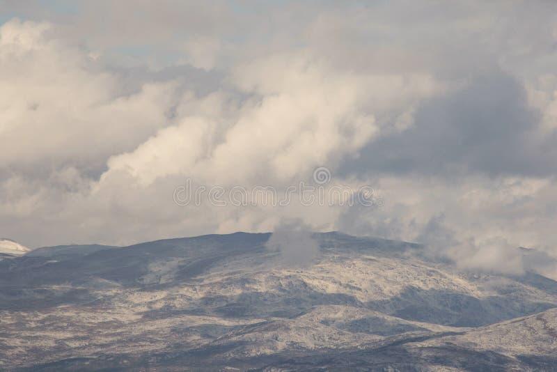 De hoge Bewolkte berg bedekt de mening van het close-uplandschap stock afbeeldingen