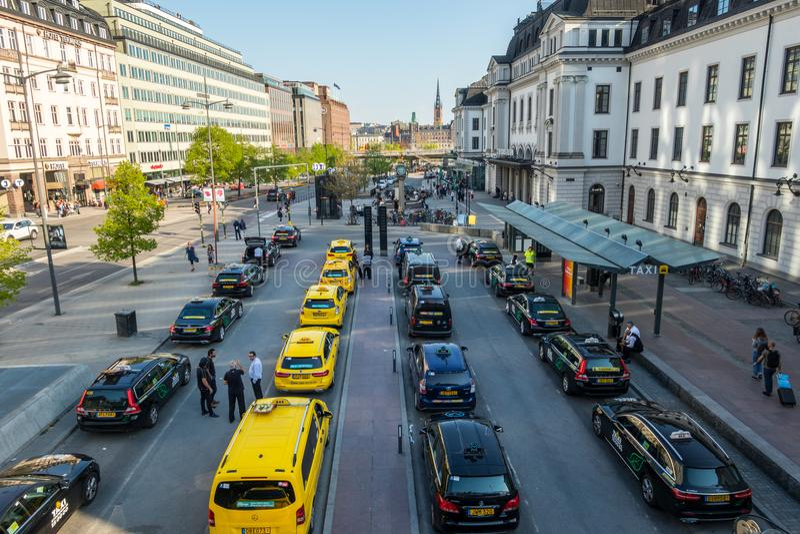 De hoge brede mening van de hoekstad van vele gele en zwarte taxis in lijn royalty-vrije stock afbeeldingen