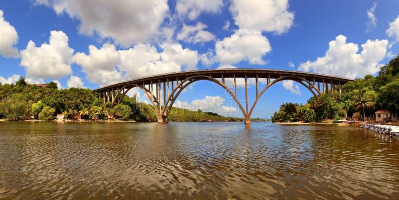De hoge brug over de rivier stock foto