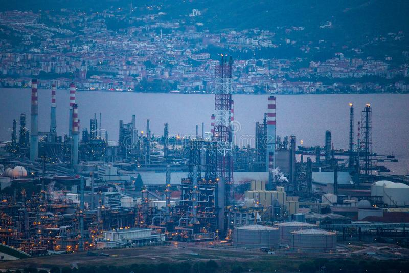 De hoge hoek zoemde mening van Tupras-Olie Rafinery, Kocaeli, Turkije stock fotografie