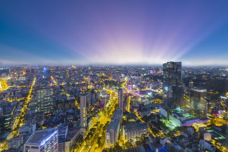 De hoge horizon van meningssaigon wanneer kleurrijke zonsondergang stedelijke gebieden stock foto's