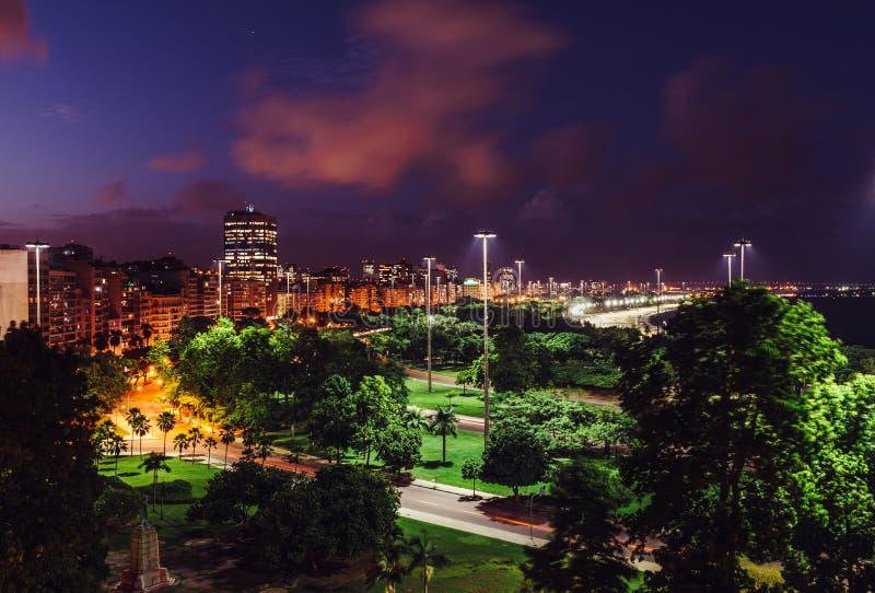 De hoge mening van de perspectiefnacht van Aterro do Flamengo, in Rio de Janeiro, Brazilië royalty-vrije stock afbeeldingen