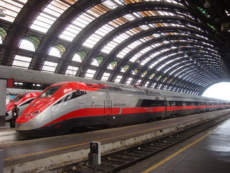 De hoge snelheidstrein wacht op vertrek bij Milan StationThree-de locomotieven van de registrerenstoom op parade royalty-vrije stock afbeeldingen