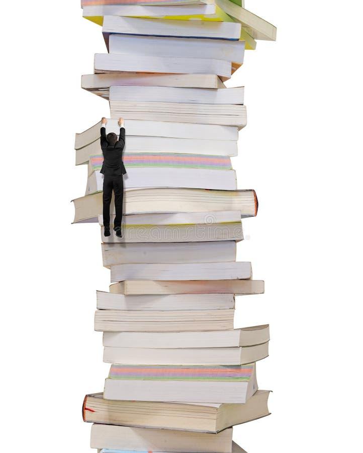 De hoge stapel boeken met het beklimmen van zakenman hangt op het stock illustratie