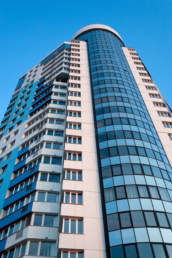 De hoge stijgings moderne bouw stock afbeelding for Moderne bouw