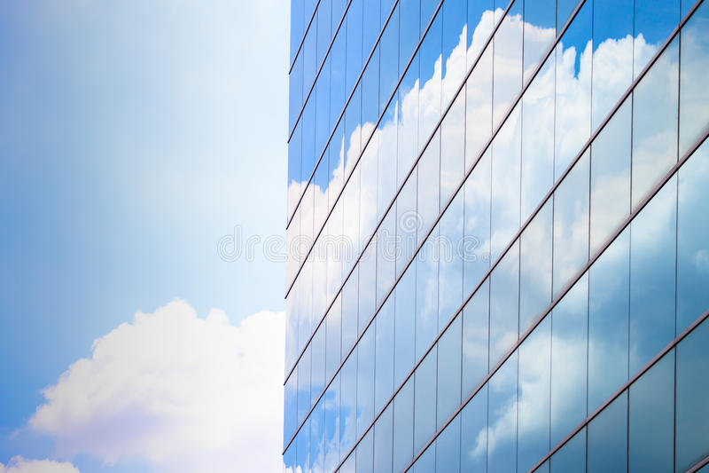 De hoge stijgingsbouw met blauwe hemel