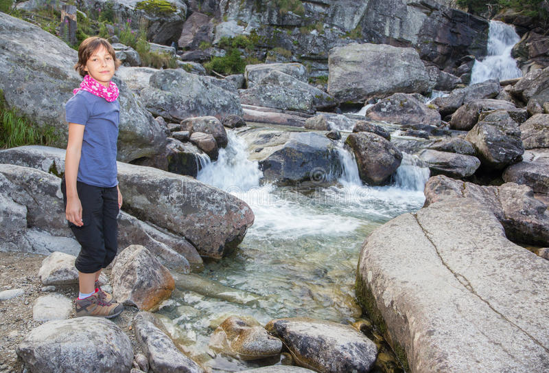 De hoge watervallen van Tatras - Studenovodske-en jong meisje royalty-vrije stock afbeeldingen