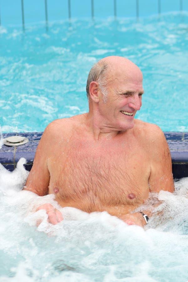 De hogere actieve mens zwemt in de pool stock foto's