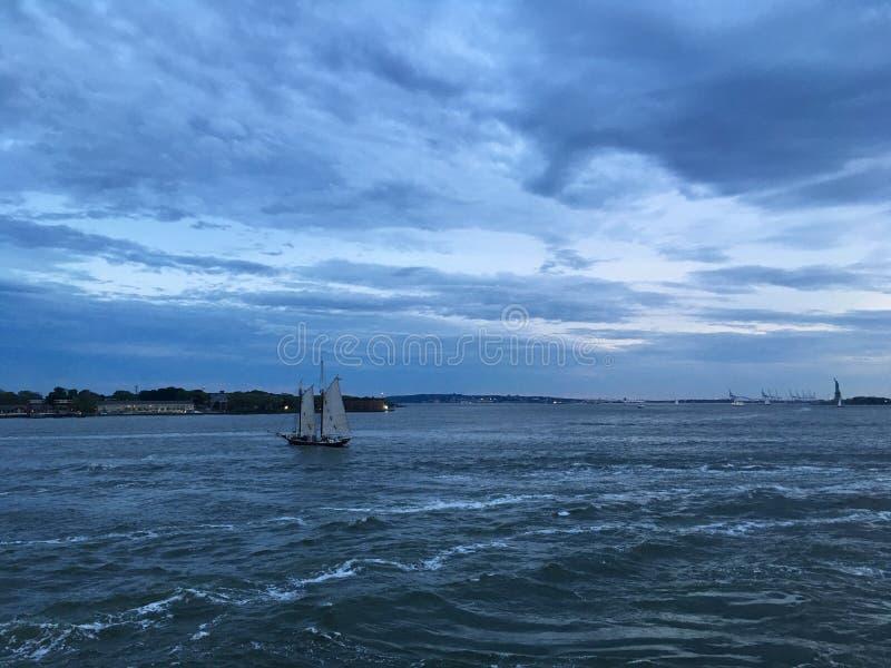 De hogere Baai van New York tijdens Zonsondergang in Juni in New York, NY royalty-vrije stock afbeelding