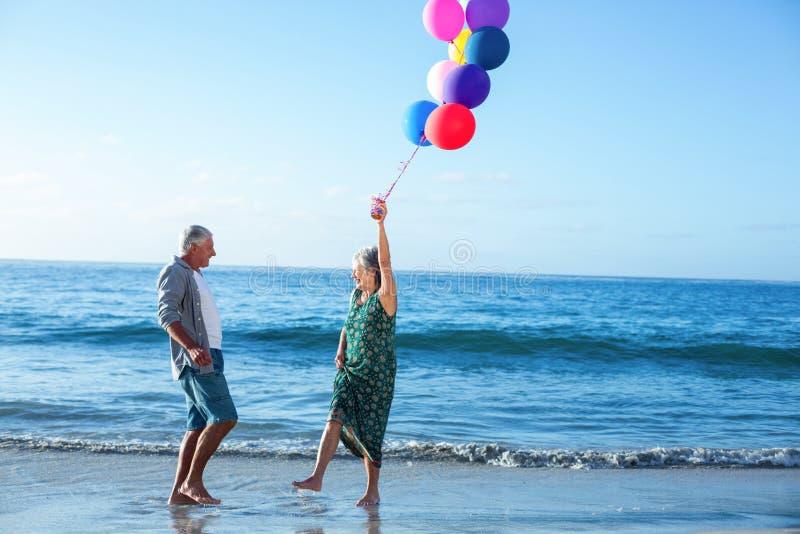 De hogere ballons van de paarholding stock afbeeldingen