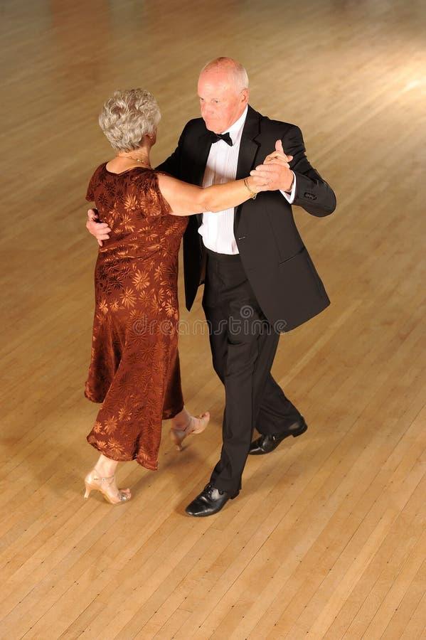 De hogere Ballroom dansen van het Paar stock afbeelding