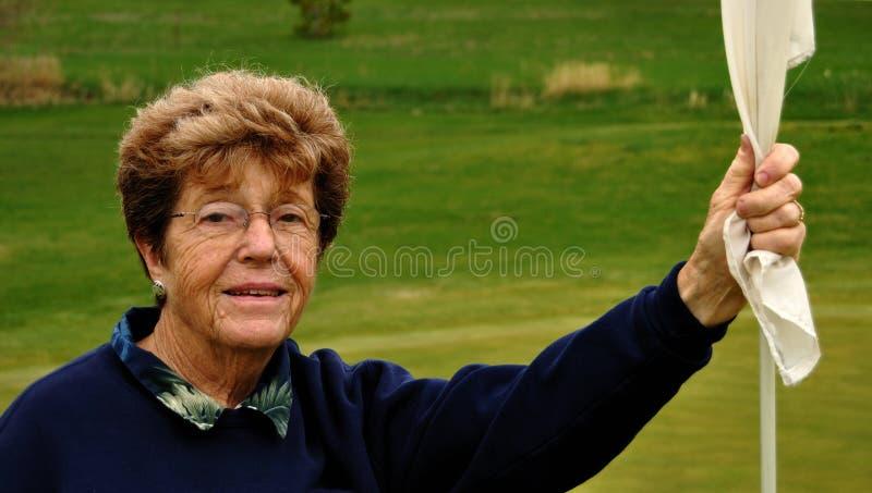 De hogere Golfspeler die van de Vrouw een Flagstick houdt royalty-vrije stock fotografie