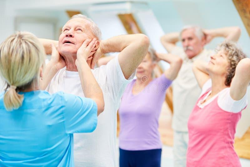 De hogere groep doet fysiotherapie royalty-vrije stock foto's