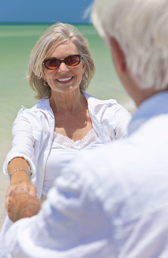 De hogere Handen van de Holding van het Paar op een Tropisch Strand royalty-vrije stock afbeeldingen