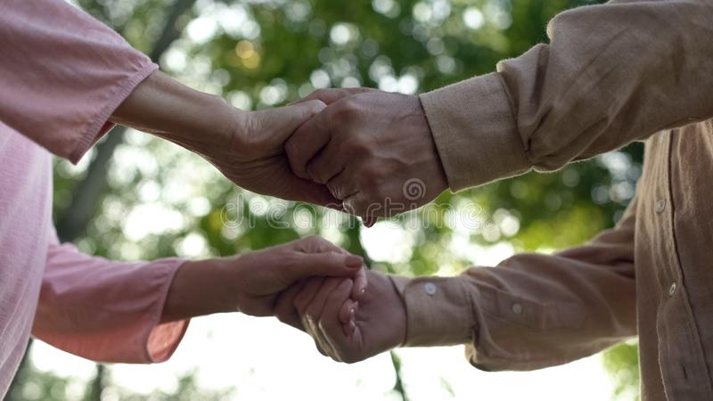 De hogere handen van de paarholding, vergaderings oude dag samen, dichte verhouding, zorg stock foto