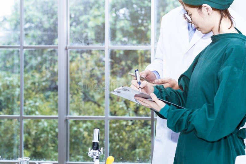 De hogere knappe medische onderzoeker en de jonge mooie vrouw studen royalty-vrije stock afbeelding