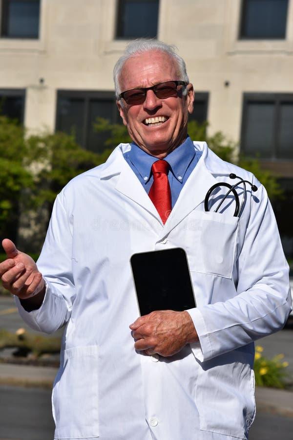 De hogere Mannelijke Tablet van Doktersand happiness with bij het Ziekenhuis stock fotografie