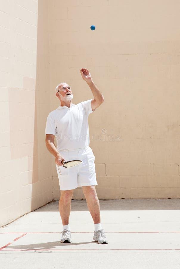 De hogere Mens speelt Racketball stock foto