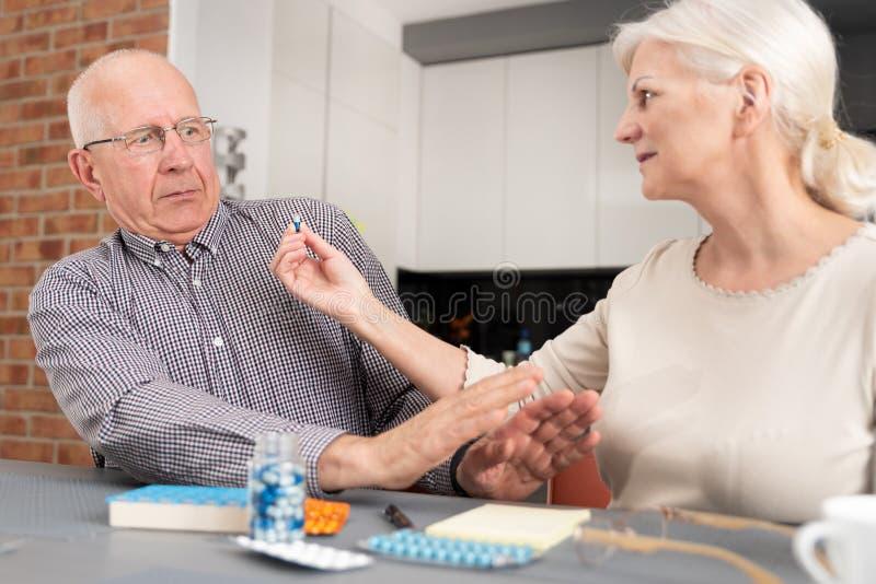 De hogere mens wil geen geneeskunde nemen stock foto's