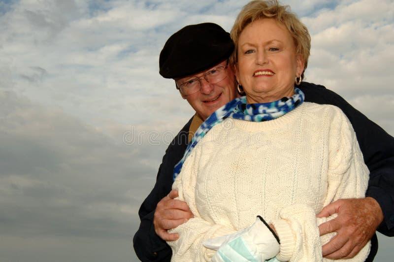 De hogere paar in openlucht winter royalty-vrije stock fotografie