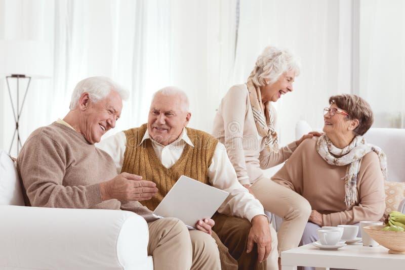 De hogere vrienden lachen royalty-vrije stock foto
