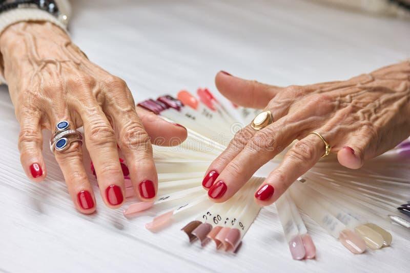 De hogere vrouw manicured handen royalty-vrije stock afbeeldingen