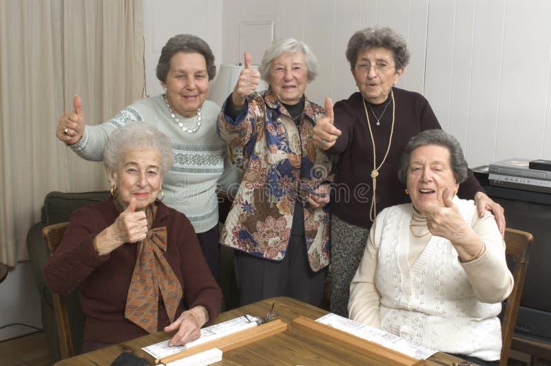 De hogere vrouwen bij het spel dienen in royalty-vrije stock foto's