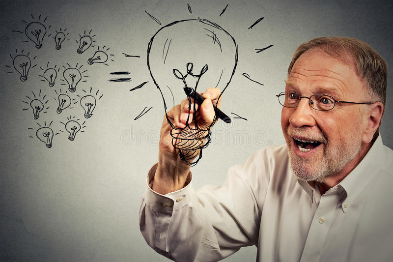 De hogere zakenman heeft een idee trekkend een lightbulb met pen stock foto's