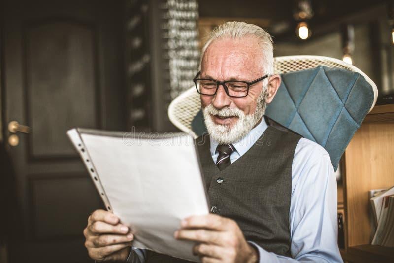 De hogere zakenman voldeed aan berijdend bedrijfscontract stock foto
